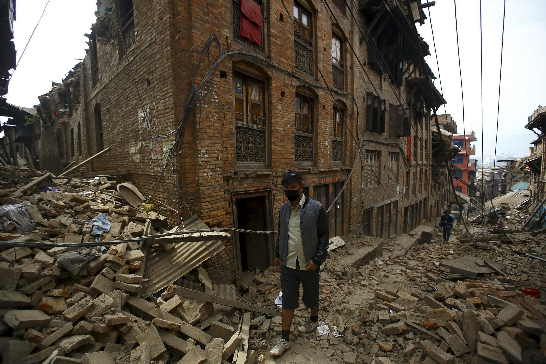 Um homem caminha pela cidade de Bhaktapur, gravemente atingida pelo terremoto no Nepal, neste sábado (25).