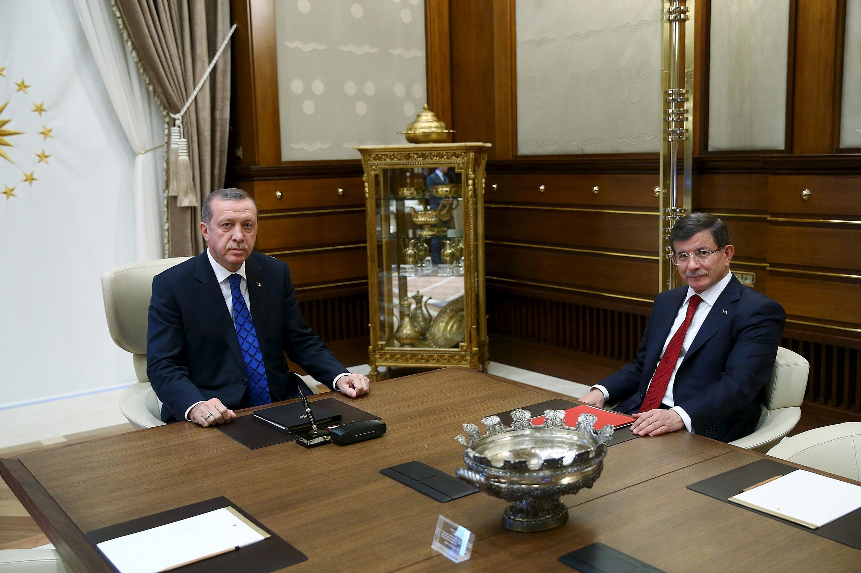 O presidente turco, Recep Tayyip Erdogan (e), ao lado de seu primeiro-ministro, Ahmet Davutoglu