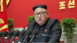 Esta foto tomada el 8 de enero de 2021 y publicada por la Agencia Central de Noticias de Corea (KCNA) oficial de Corea del Norte el 9 de enero de 2021 muestra al líder norcoreano Kim Jong Un hablando durante el cuarto día del 8 ° Congreso del Partido de los Trabajadores de Corea (WPK ) en Pyongyang