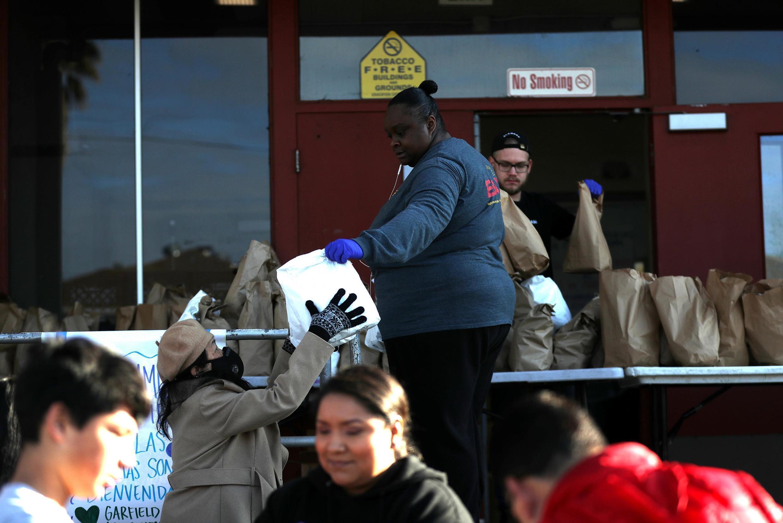 Distribution alimentaire organisée à Oakland pour les familles des étudiants, en mars 2020.