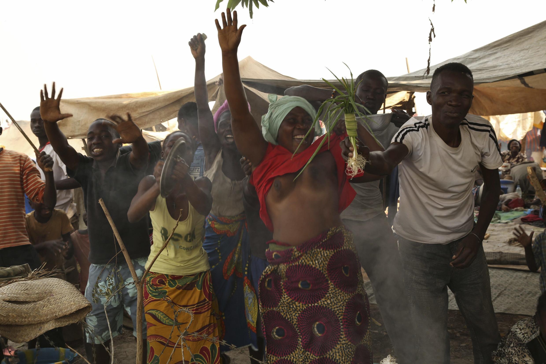 Cientos de personas celebraron la renuncia del presidente Djotodia en el campo de concentración unicado en el aeropuerto de Banguí la capital. Djotodia fue incapaz de detener meses de violencia intereligiosa que dejan más de un millón de desplazados.