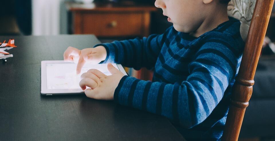 Зависимость детей от экранов гаджетов приводит к их «культурной дистрофии»