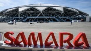 Devant le nouveau stade de Samara où le premier match du Mondial aura lieu le 17 juin et opposera le Costa-Rica à la Serbie.