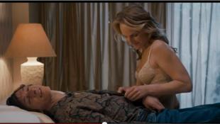 "Cena do filme ""As Sessões"", de Ben Lewin, no qual Holly Hunt vive Cheryl, a acompanhante sexual de Mark, portador de deficiência física interpretado por John Hawkes."