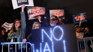 Pessoas manifestam diante do Trump International Hotel & Tower em Manhattan, Nova Iorque, para  protestar contra  a decisão de Donald Trump de declarar estado de emergência  para construir o muro na fronteira meridional americana. 15 02 2019