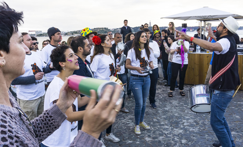 Bloco Bué Tolo leva sua bateria para a rua ao som do samba em Lisboa.