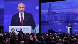 Vladimir Poutine face à un parterre d'investisseurs au Forum de Saint-Pétersbourg, le 7 juin 2019.