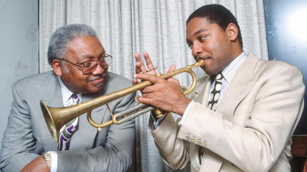 Ellis Marsalis Jr (à gauche) et son fils Wynton Marsalis à New York, le 4 juin 1990.