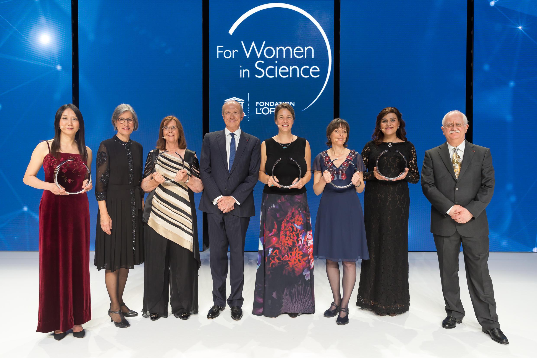 """Las cinco investigadoras al recibir el premio """"For Women in Science"""" el 23 de marzo 2017 en París."""