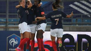 Les Françaises fêtent le but de leur milieu Kenza Dali (2e g) lors du match amical contre les Allemandes, à Strasbourg, le 10 juin 2021