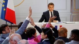 Le président français Emmanuel Macron répond aux questions des journalistes lors de la conférence de presse organisée à l'issue du grand débat national, à L'Elysée, le 25 avril 2019.