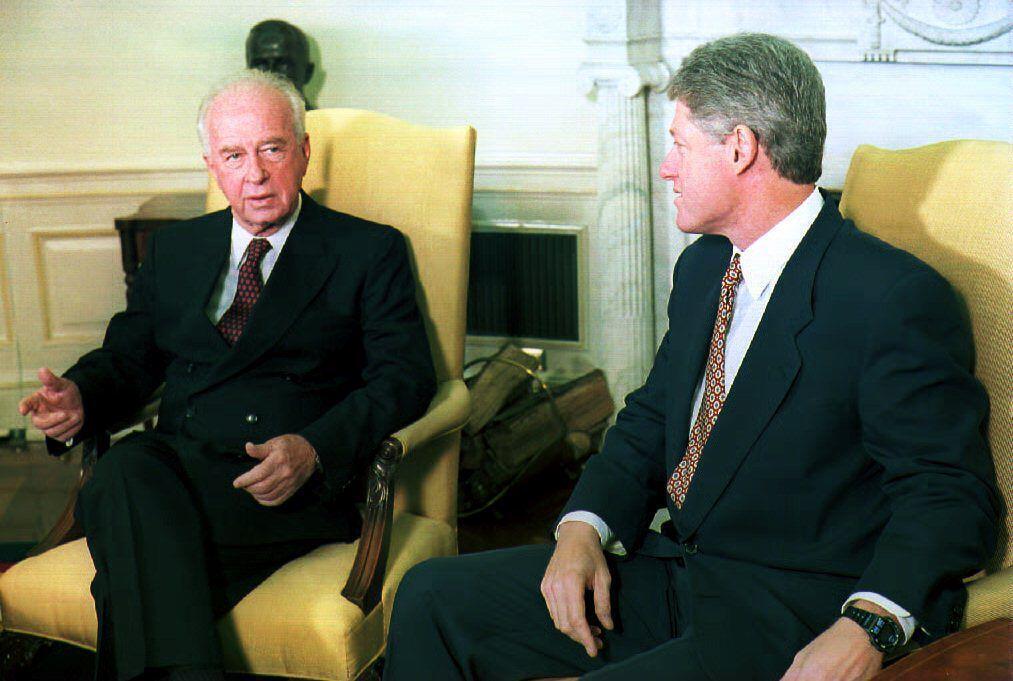 Yitzhak Rabin (esq.) durante um encontro com o então presidente norte-americano Bill Clinton 12/11/93