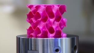 Le graphène, c'est fait de carbone, le même que l'on trouve par exemple dans une mine de crayon à papier.