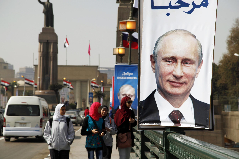 Ảnh Tổng thống Nga Vladimir Putin ở trung tâm thủ đô Cairo, Ai Cập. Ảnh chụp ngày 09/02/2015.