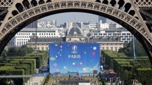 A França celebra a abertura da Eurocopa de futebol com um show gratuito do DJ David Guetta nos jardins da Torre Eiffel.