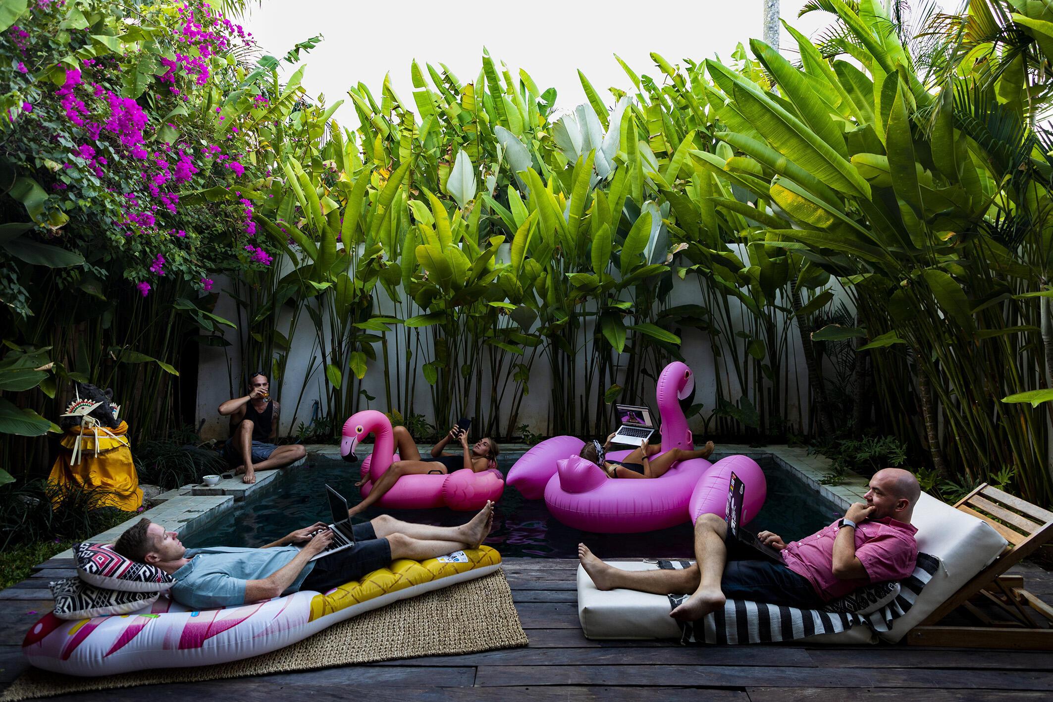 Gence-Teletravail_Nina lounging on the inflatable flamingo