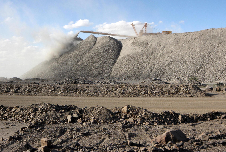 Một mỏ khai thác đất hiếm tại vùng Nội Mông. Trung Quốc kiểm soát 95 % sản lượng toàn cầu.