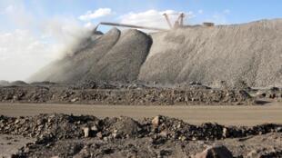 Một mỏ khai thác đất hiếm tại vùng Nội Mông : Trung Quốc kiểm soát 95 % sản lượng toàn cầu.