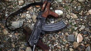 Un fusil kalashnikov de fabricación rusa.