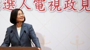 ប្រធានាធិបតីតៃវ៉ាន់ លោកស្រី ឆៃ អ៊ីងវេន (Tsai Ing-wen) នៅចំពោះមុខអ្នកកាសែត ក្រោយពេលប្រកាសពីការត្រៀមខ្លួនចូលរួមបោះឆ្នោត ខែមករា ២០២០