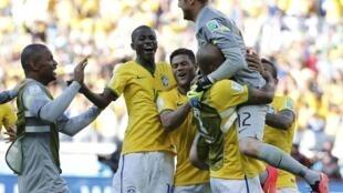 O goleiro Júlio César é carregado pelos companheiros de Seleção Brasileira, após vitória contra o Chile nos pênaltis neste sábado (28).