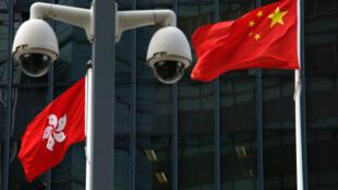 香港特区政府门前飘扬的中国国旗和香港特区旗帜,以及监控器。摄于2017年11月22日。