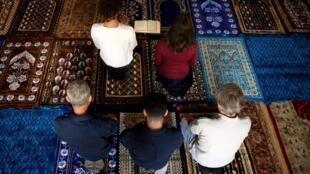 Eva Janadin y Anne-Sophie Monsinay dirigieron la primera oración mixta de su mezquita itinerante, el 7 de septiembre de 2019 en París.