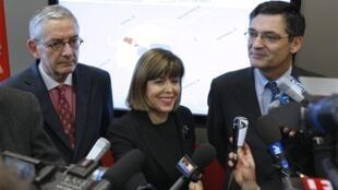 Joelle Ceccaldi-Raynaud (C), maire UMP de Puteaux et nouvelle présidente de l'EPAD, entourée de son directeur général Philippe Chaix (G) et du président du Conseil général des Hauts-de-Seine Patrick Devedjian (D).