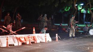 Policias turcos esta noche en calle cortada de Estambul