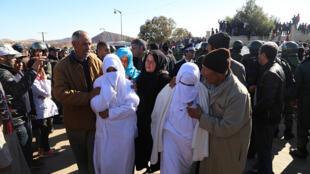 Des habitants de Jerada, au Maroc, assistent aux funérailles de deux frères morts dans une mine de charbon abandonnée, le 25 décembre 2017.
