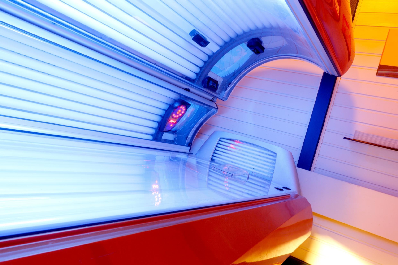Según el Instituto de Vigilancia Sanitaria de Francia, 350 casos de melanoma y 76 muertes  podrían atribuirse cada año a las cabinas de bronceado.