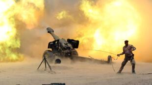 Un miembre de las fuerzas de seguridad iraquíes utilizan la artillería contra militantes del grupo Estado Islámico cerca de Faluya, el 29 de mayo de 2016.