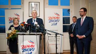 Ông Milos Zeman trả lời báo chí sau khi các phòng phiếu đóng cửa. Ảnh 13/01/2018, tại Praha.