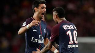 Pastore comemora com Neymar (à direita) o quarto gol do PSG.