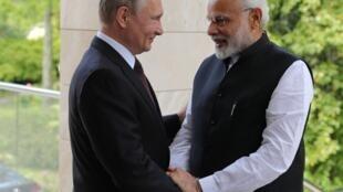 Thủ tướng Ấn Độ Modi (P) gặp tổng thống Nga Putin, Sotchi, ngày 21/05/2018.