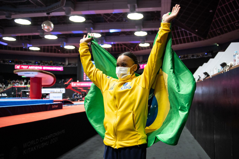 Rebeca Andrade celebra su victoria en la final de salto de caballo del Campeonato del Mundo de Gimnasia Artística con una bandera de Brasil, el 23 de octubre de 2021 en Kitakyushu (Japón)