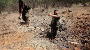 Miembros del PKK examinan una zona bombardeada por el ejército turco, en el norte de Irak, el pasado 29 julio de 2015.
