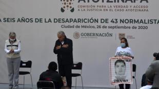 El presidente de México, Andrés Manuel López Obrador (C), durante una reunión con familiares de los 43 estudiantes de magisterio desaparecidos el 26 de septiembre de 2014 en Ayotzinapa, al cumplirse seis años del caso que permanece impune