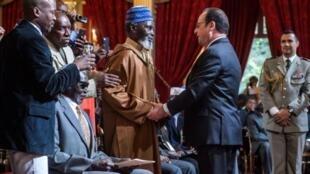 2017年4月15日法国总统奥朗德主持28位非洲老兵的入籍仪式