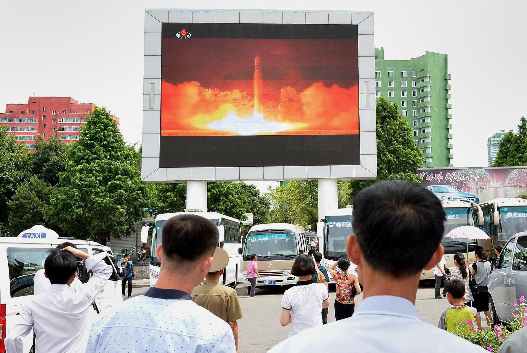 Dân Bắc Triều Tiên xem truyền hình vụ bắn thử tên lửa liên lục địa, ngày 29/09/2017.