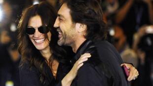 La actriz Julia Roberts junto al actor Javier Bardem llegan al Hotel María Cristina, el 19 de septiembre de 2010.