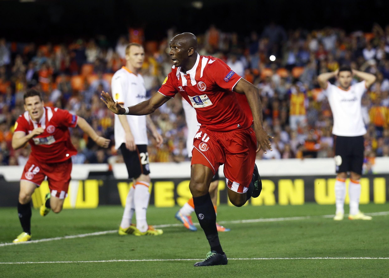 Stéphane Mbia parece não acreditar no gol marcado aos 48 do segundo tempo, que garantiu a classificação do Sevilha.