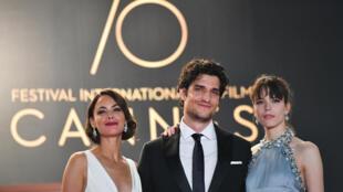 Les trois acteurs principaux du film, à Cannes, le 21 mai 2017. De gauche à droite: Berenice Bejo, Louis Garrel et Stacy Martin.
