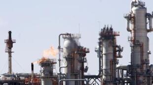 Réunis à Oran, les Etats membres de l'Opep ont décidé d'une réduction spectaculaire de leur production de pétrole brut.
