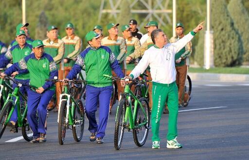 Le président Gurbanguly Berdymukhamedov en tête du défilé à vélo le 3 juin 2020.
