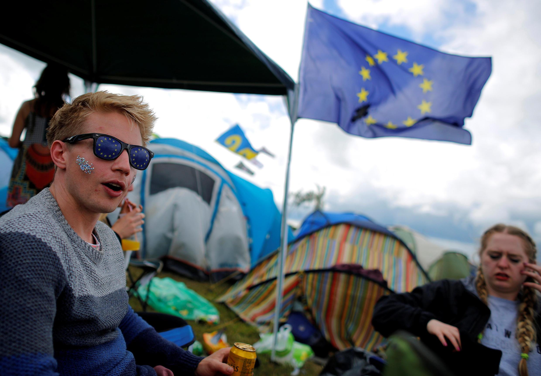 Jovens com a bandeira da União Europeia