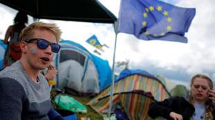 Jovens com a bandeira da União Europeia no festival de Glastonbury, na Inglaterra.