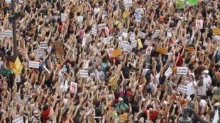 La Puerta del sol envahie par les « indignés » madrilènes, ce samedi 12 mai 2012.