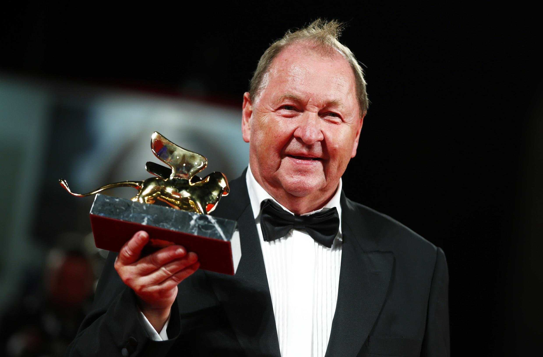 """O diretor sueco Roy Anderson ganhou o Leão de Ouro com o filme """"A Pigeon Sat on a Branch Reflecting on Existence""""."""