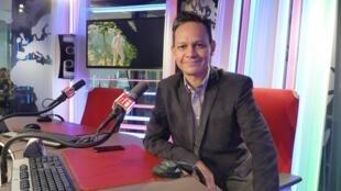 Ernesto Contreras en el estudio 151 de RFI